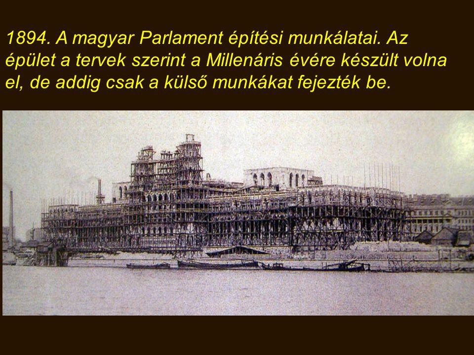 1885. A Parlament építési munkáinak megkezdése. Az alapozás során 2 és 4.7 méter vastag beton lemezalapot készítettek.