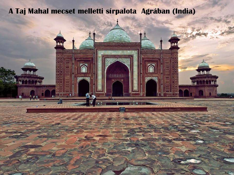 A Taj Mahal mecset melletti sírpalota Agrában (India)