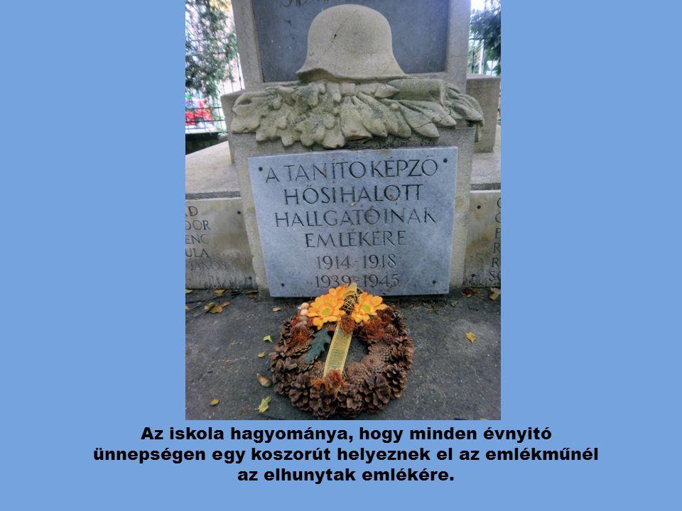 Az iskola hagyománya, hogy minden évnyitó ünnepségen egy koszorút helyeznek el az emlékműnél az elhunytak emlékére.