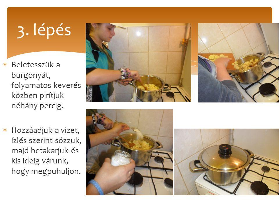  Végül hozzáadjuk az apróra tört tésztát, többször megkeverjük amíg a tészta puhára nem fő.