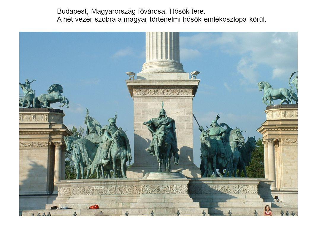 Budapest, Magyarország fővárosa, Hősök tere. A hét vezér szobra a magyar történelmi hősök emlékoszlopa körül.