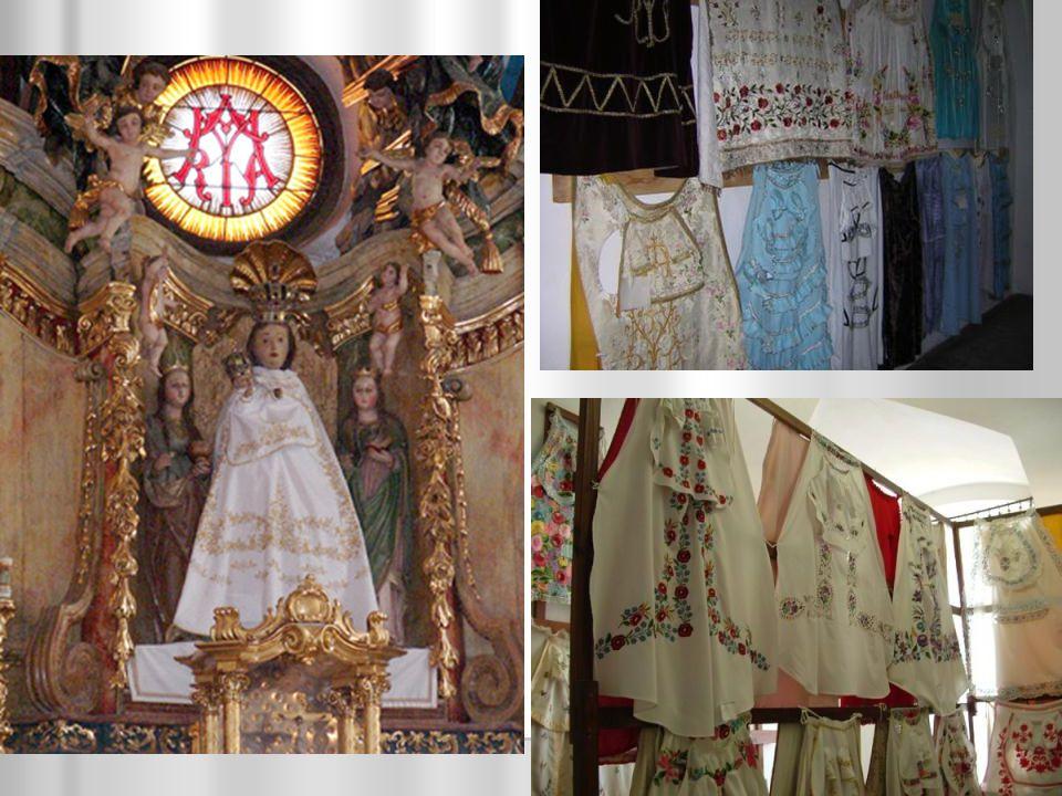 Vallási emlékek Andocs: Katolikus templom Andocs: Katolikus templom A Boldogságos Szűz közel 500 éves fa szobrát évente ezrek keresik fel, ezzel a település Somogy leghíresebb Mária-kegyhelye.