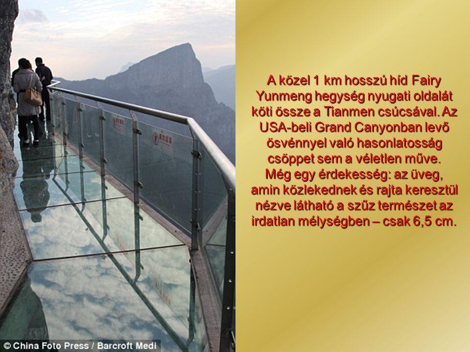 A közel 1 km hosszú híd Fairy Yunmeng hegység nyugati oldalát köti össze a Tianmen csúcsával.
