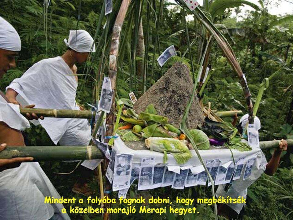 A Szumátra szigetén fekvő Limbongban a Batak Toba törzs tagjai fohászkodnak