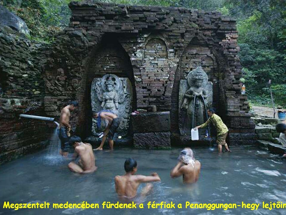 Bali szigeti hinduk mutatják be megtisztulási rituáléjukat a Petitengit nevezetű partszakaszon