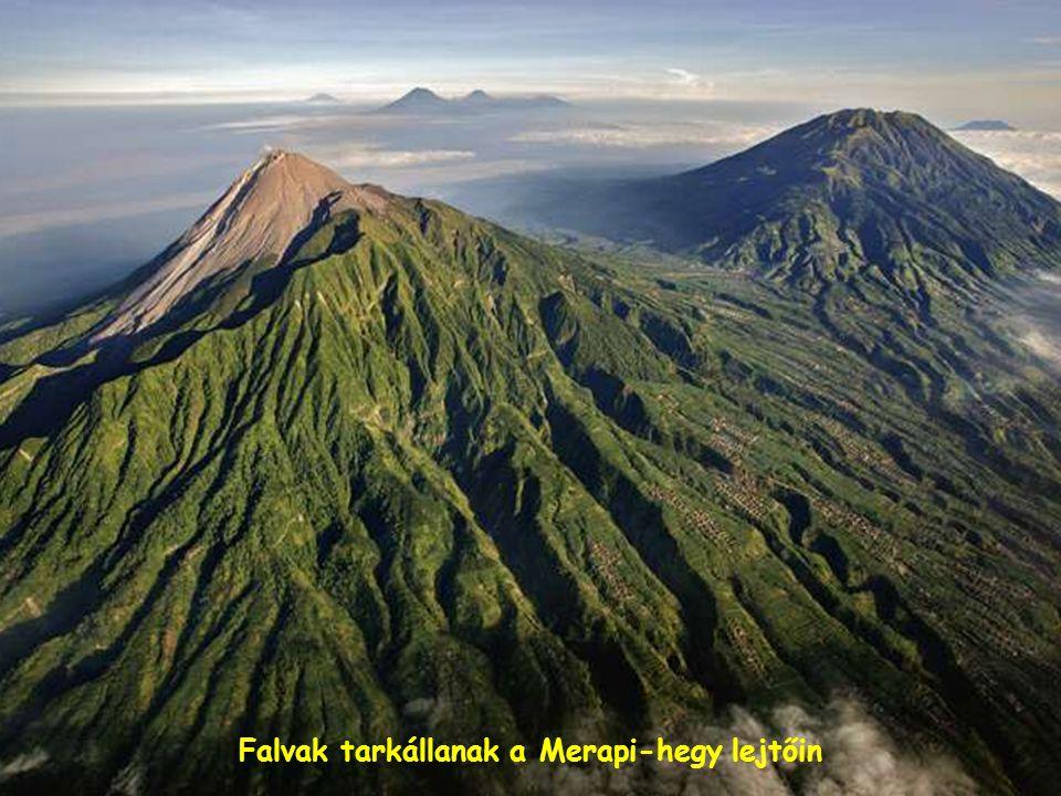 Megalit sírkövek sorakoznak a vulkáni kúpot formázó viskók mellett.