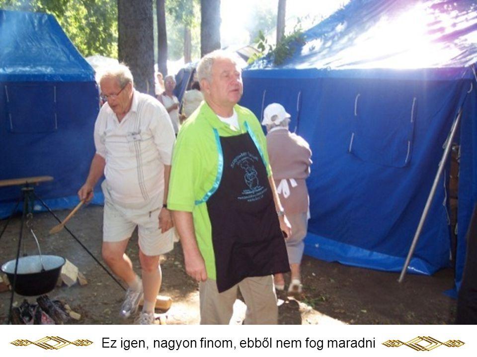 Mester László polgármester úr főzés közben kóstol