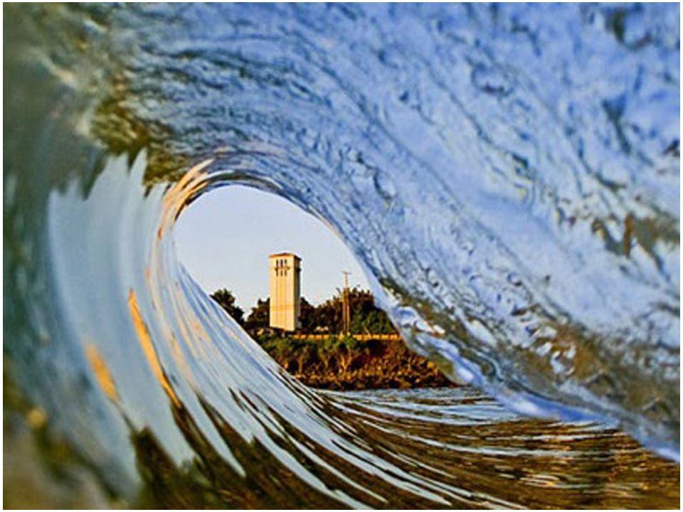 Csak a merész és gyakorlott szörfösök tudják, hogy hogyan kell a visszazuhanó hullám alatt maradni, amikor a cső létrejön, és abból biztonságosan kisi