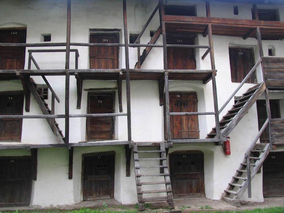 A belsőváron belül, a templomudvar és az előudvar falában alakították ki azt a 275 kamrát, amelyek ostrom idején menedéket adtak a falu lakóinak, béke