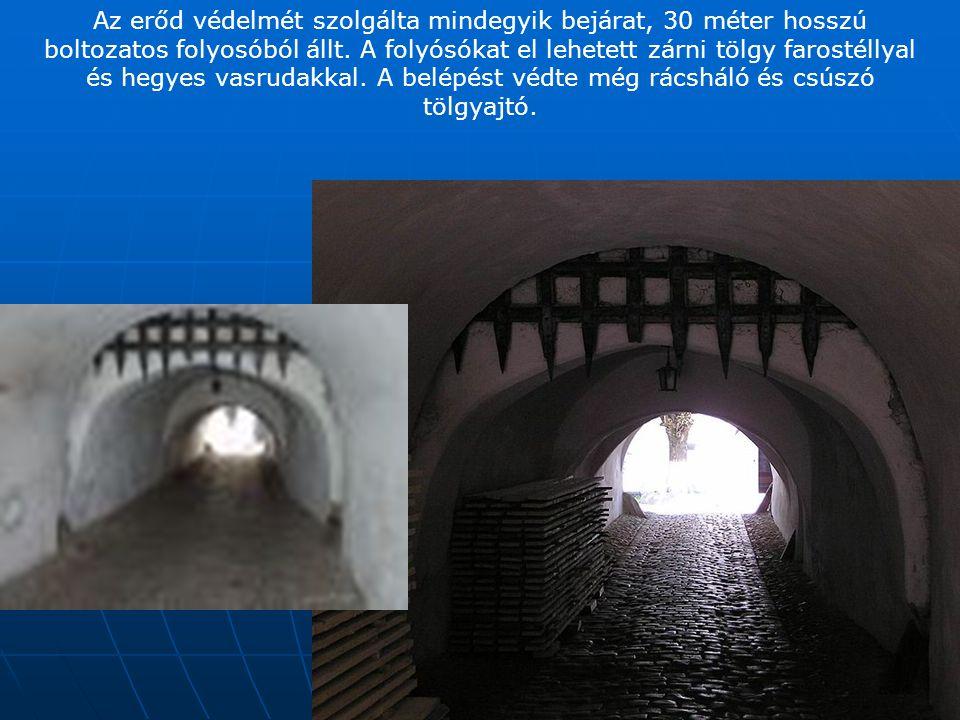 A kör alakjú erődfal amely belülről lakószobákkal volt ellátva, felül a tető alatt egy körbefutó járörutat is rejtett
