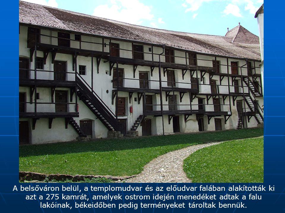 A belsőváron belül, a templomudvar és az előudvar falában alakították ki azt a 275 kamrát, amelyek ostrom idején menedéket adtak a falu lakóinak, békeidőben pedig terményeket tároltak bennük.