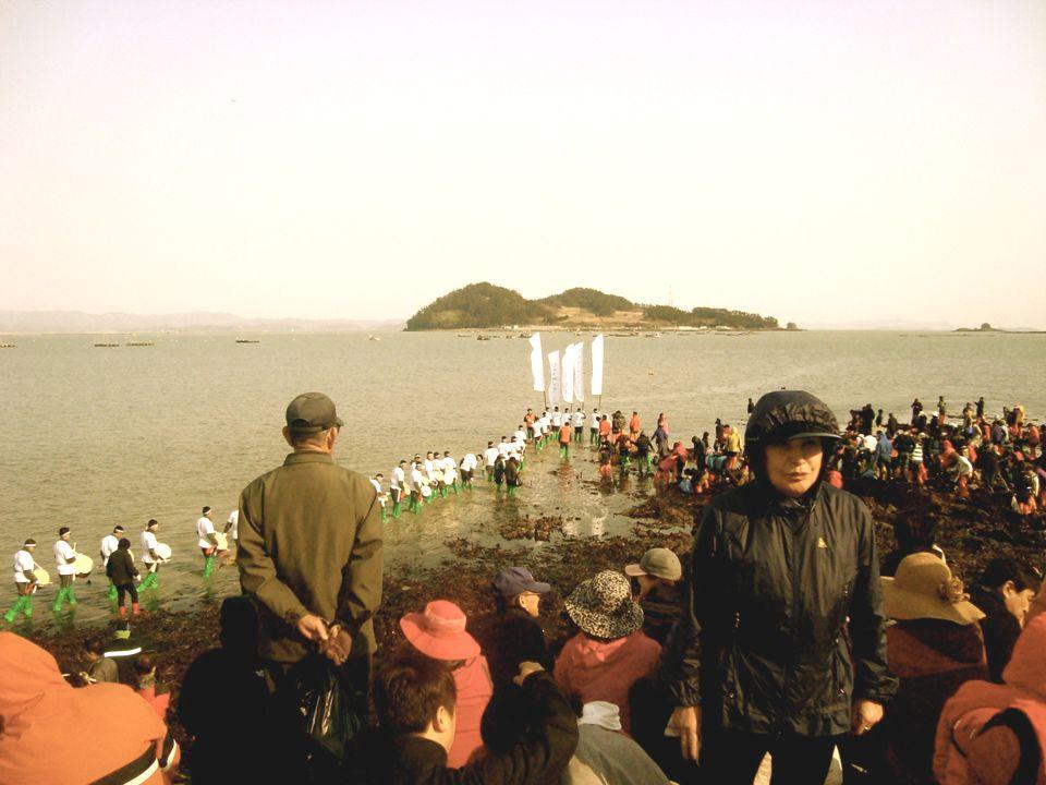 A helyiek hatalmas ünnepséget csapnak az esemény tiszteletére. Rengeteg ember (és évről évre egyre több turista) gyűlik össze a parton, akik már a tér