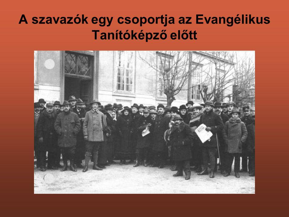 A szavazók egy csoportja az Evangélikus Tanítóképző előtt