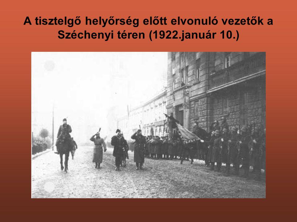 A tisztelgő helyőrség előtt elvonuló vezetők a Széchenyi téren (1922.január 10.)