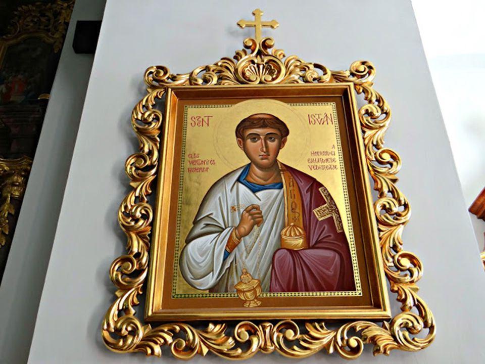 Szent Istvánt is láthatjuk a templomban, ennek oka, hogy ő minden vallás szentjei között szerepel.