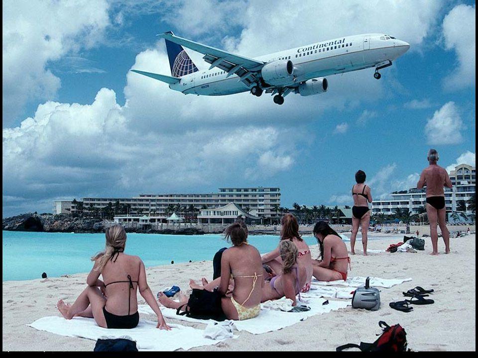 Ezen a képen a pilótafűlkéből Boeming 747 az Air France repűlő tátsasábol lehet látni egy kis sávt ami a kezdete a strandnak, után látni leszáló terűletet a Princess Juliana repűlőtérnek