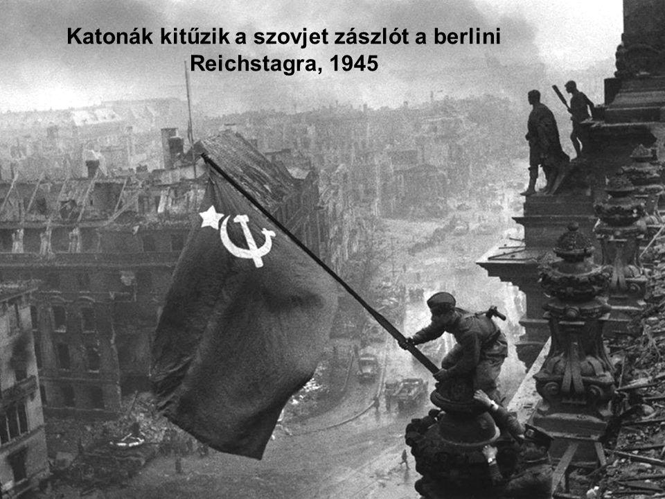Katonák kitűzik a szovjet zászlót a berlini Reichstagra, 1945