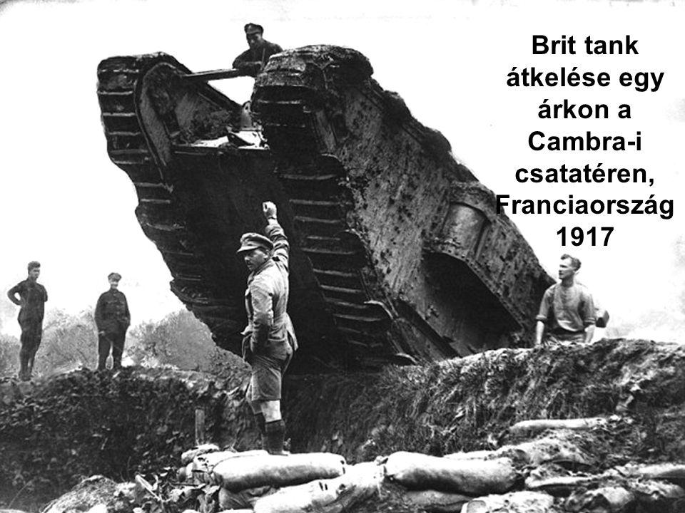 Brit tank átkelése egy árkon a Cambra-i csatatéren, Franciaország 1917