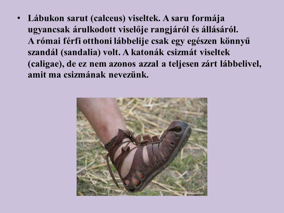 Lábukon sarut (calceus) viseltek. A saru formája ugyancsak árulkodott viselője rangjáról és állásáról. A római férfi otthoni lábbelije csak egy egésze