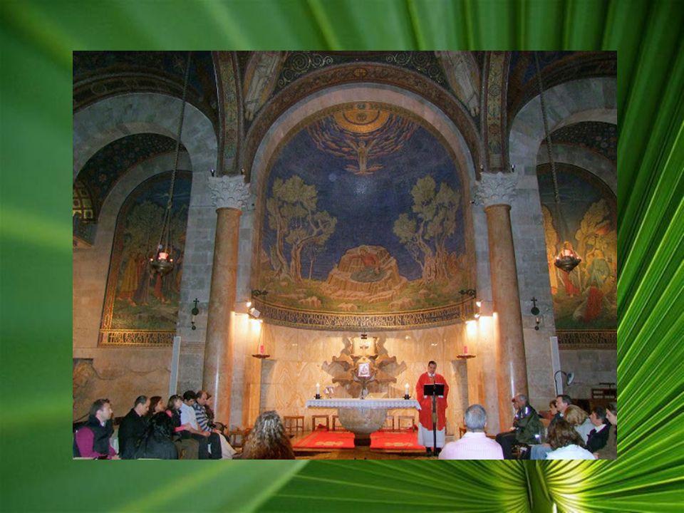 A kertben áll a Minden Nemzetek temploma: Az oltár előtt van az Agónia sziklája, ahol a hagyomány szerint Jézus utoljára imádkozott elfogatása előtt.