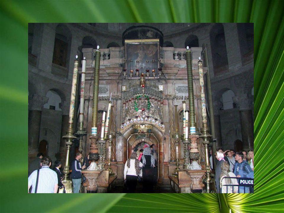 A Golgota sziklája az oltár alatt látható A XIV. Stáció, a Szent Sír, egy alacsony bejáraton keresztül lehet bejutni, a sírt egy márványlap fedi, term