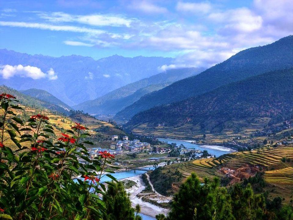 Rendhagyó utazási ajánlót kínálunk a kedves olvasónak, hiszen er ő sen kétséges, hogy mezei turistaként benne lehetünk abban az ötezerben, akit évente beengednek külföldiként Bhutánba.