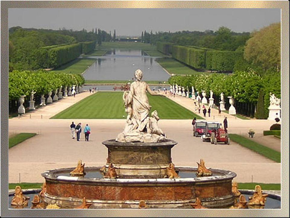 Az egyik legnépszerűbb kirándulás Párizsból a Versailles-i kastélyba vezet, mely a forradalomig a francia uralkodók csodálatos lakóhelye volt. A hatal