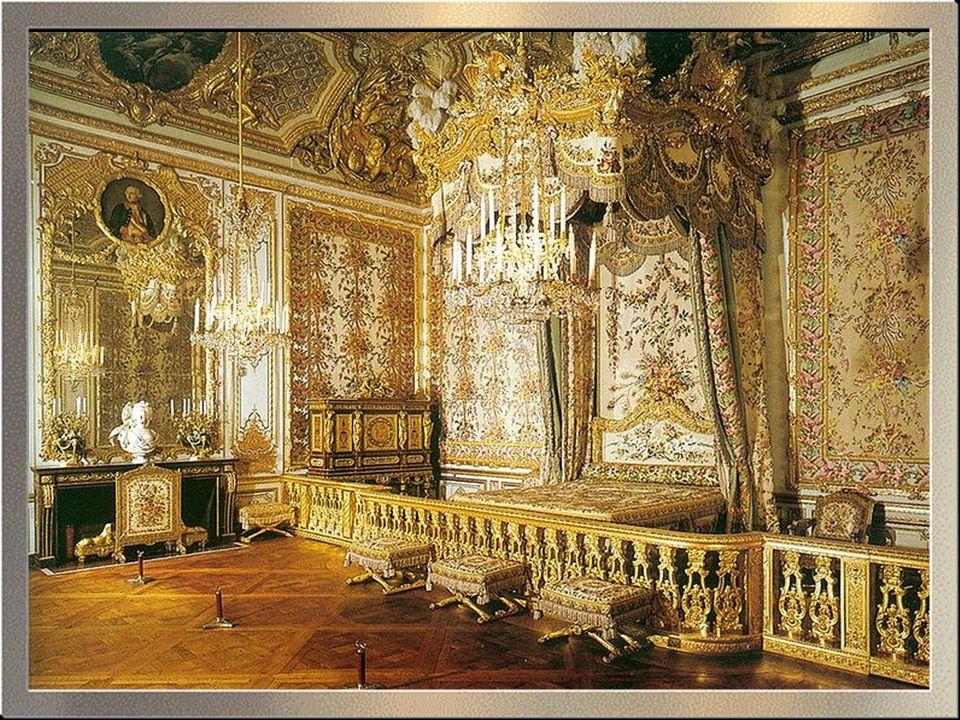 A Versailles-i palota és kert komplexumhoz helyiérdekű vasút visz Párizsból, melynek a megállója néhány méterre található a bejárati kaputól.