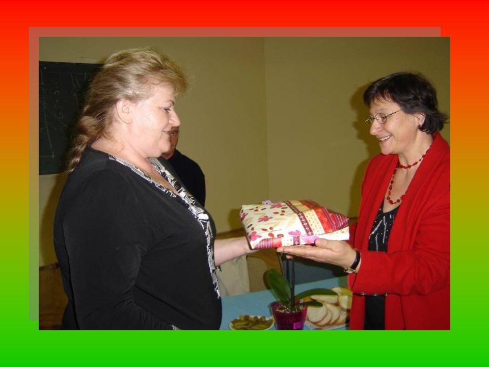 Ez volt a lényege annak, amit Tötösné Gados Zsuzsa BTSSZ elnök a BudapestiTermészetbarátok nevében elmondott, majd egy kis figyelmességgel, (BTSSZ-es pólóval) virággal és emléklappal köszönte meg Marikának, népszer ű nevén Boginak több mint 20 éves MTSZ-es tevékenységét.