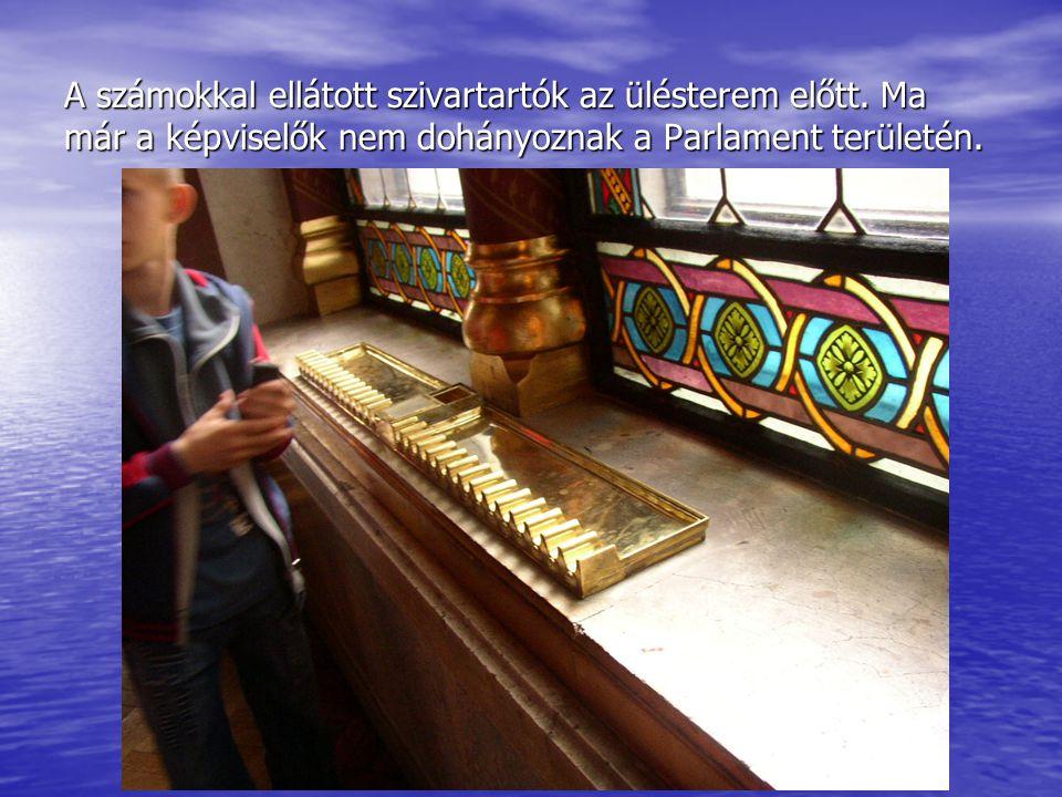 A számokkal ellátott szivartartók az ülésterem előtt. Ma már a képviselők nem dohányoznak a Parlament területén.