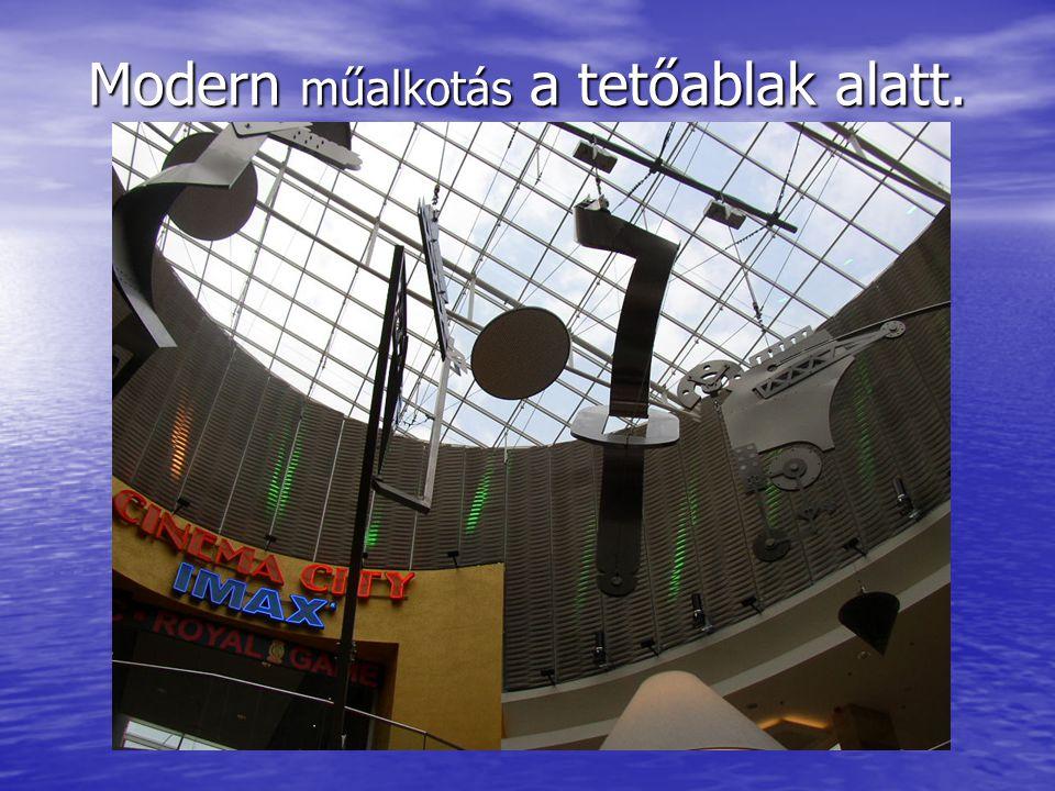 Modern műalkotás a tetőablak alatt.