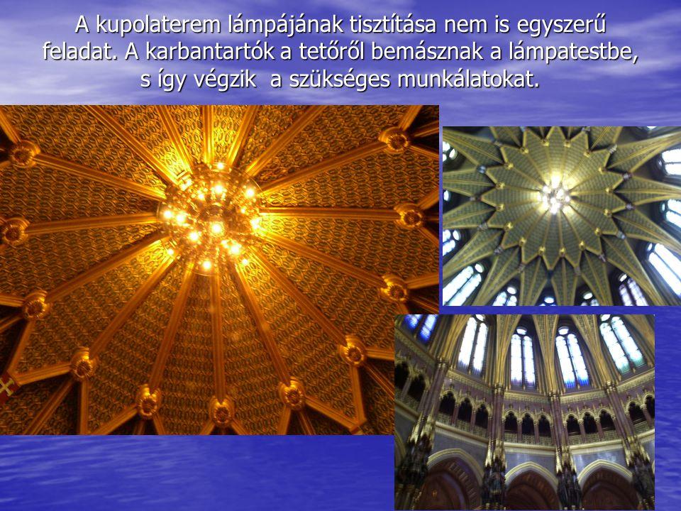 A Szent korona és a koronázási jelvények.
