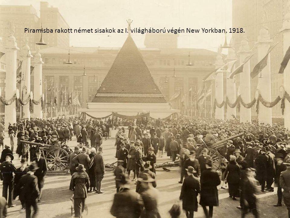 Piramisba rakott német sisakok az I. világháború végén New Yorkban. 1918.