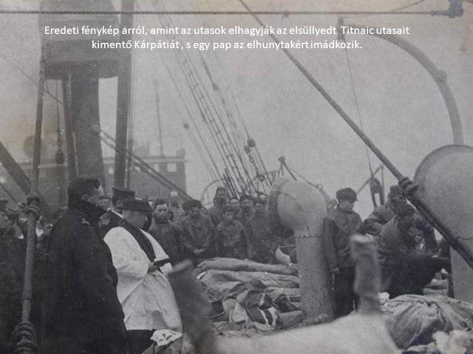 Eredeti fénykép arról, amint az utasok elhagyják az elsüllyedt Titnaic utasait kimentő Kárpátiát, s egy pap az elhunytakért imádkozik.