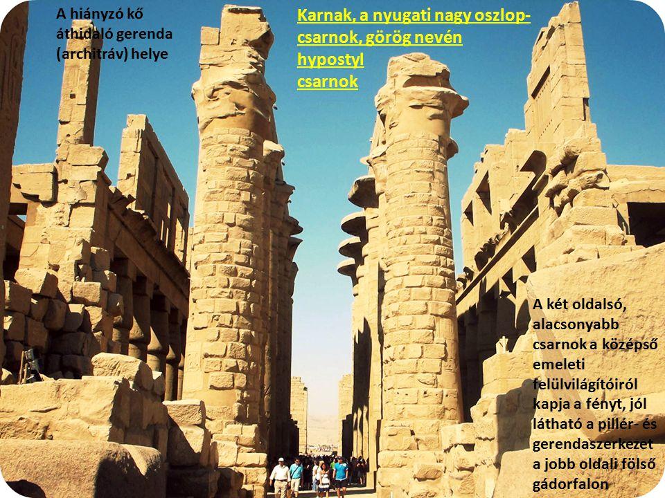 Karnak, a nyugati nagy oszlop- csarnok, görög nevén hypostyl csarnok A két oldalsó, alacsonyabb csarnok a középső emeleti felülvilágítóiról kapja a fé