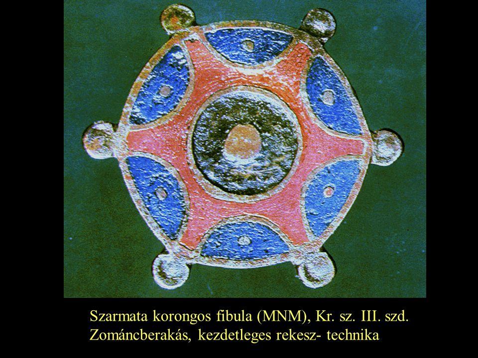 Szarmata korongos fibula (MNM), Kr. sz. III. szd. Zománcberakás, kezdetleges rekesz- technika