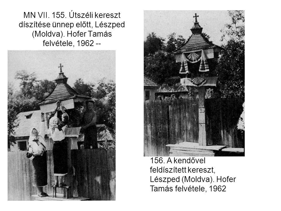 MN VII. 155. Útszéli kereszt díszítése ünnep előtt, Lészped (Moldva). Hofer Tamás felvétele, 1962 -- 156. A kendővel feldíszített kereszt, Lészped (Mo