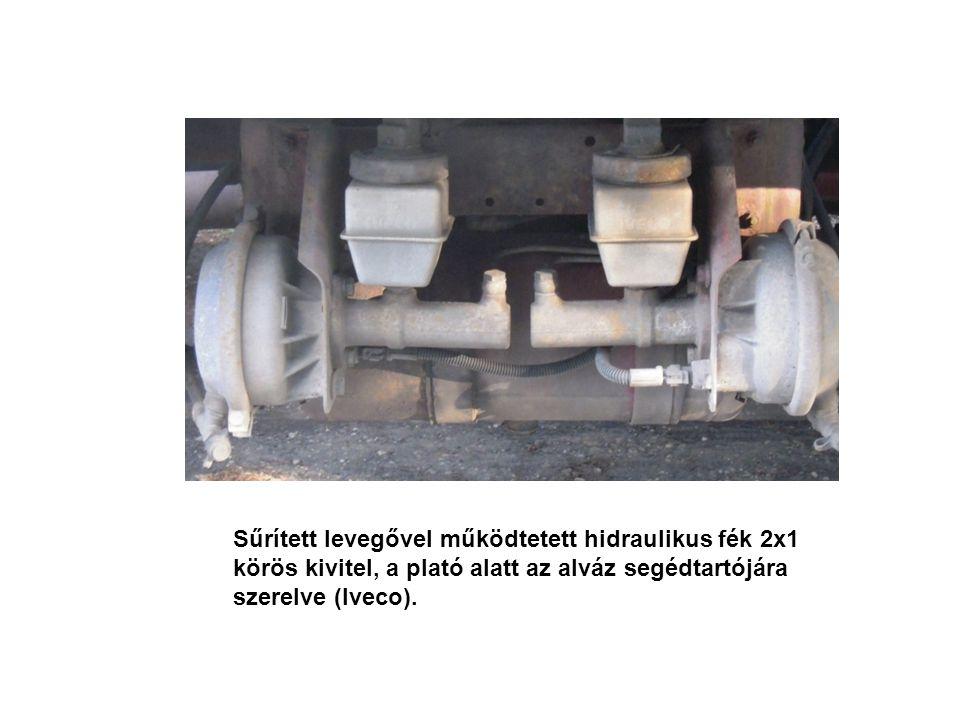 Sűrített levegővel működtetett hidraulikus fék 2x1 körös kivitel, a plató alatt az alváz segédtartójára szerelve (Iveco).