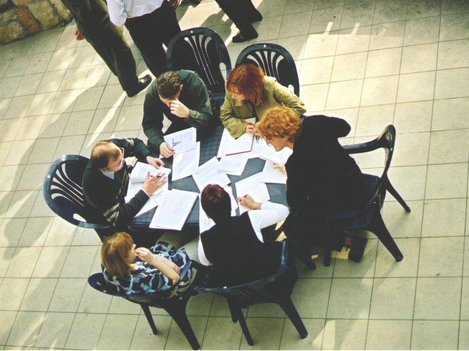 Az EMK és az egészségügyi menedzserképzés Néhány példa a magyar sajátosságokból eredő kihívásokra  A bolognai rendszer bevezetése előtt a mesterképzés nagyon nehezen volt illeszthető a felsőoktatási törvény által meghatározott keretrendszerbe: szakirányú továbbképzés, alapvégzettségtől függően különböző diploma ugyanarra a képzési tartalomra  A hazai akkreditáció bizonytalanságai, folyamatos változtatások: 1995.