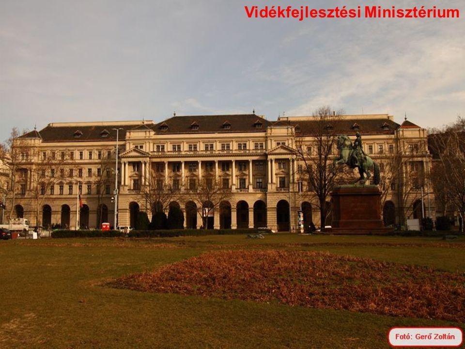 1 2 1: Gresham palota, 2: valaha a Pesti Magyar Kereskedelmi Bank épülete volt, ma Belügyminisztérium.