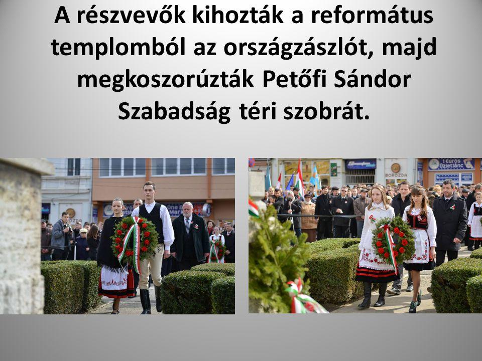 A részvevők kihozták a református templomból az országzászlót, majd megkoszorúzták Petőfi Sándor Szabadság téri szobrát.