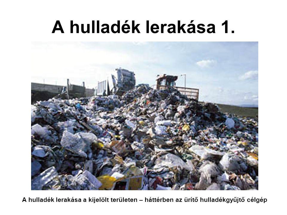 A hulladék lerakása 1. A hulladék lerakása a kijelölt területen – háttérben az ürítő hulladékgyűjtő célgép