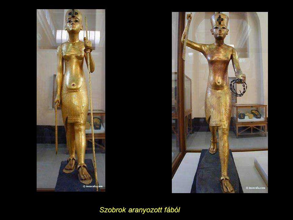 A sírbolt hét király harminckét szobrocskáját tartalmazta.