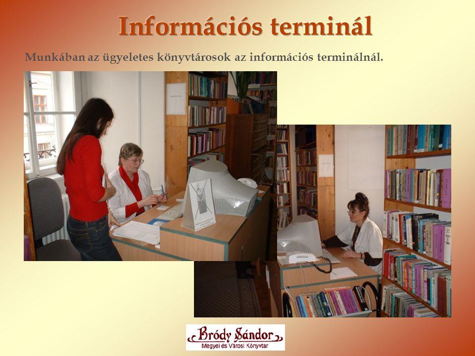 Munkában az ügyeletes könyvtárosok az információs terminálnál.