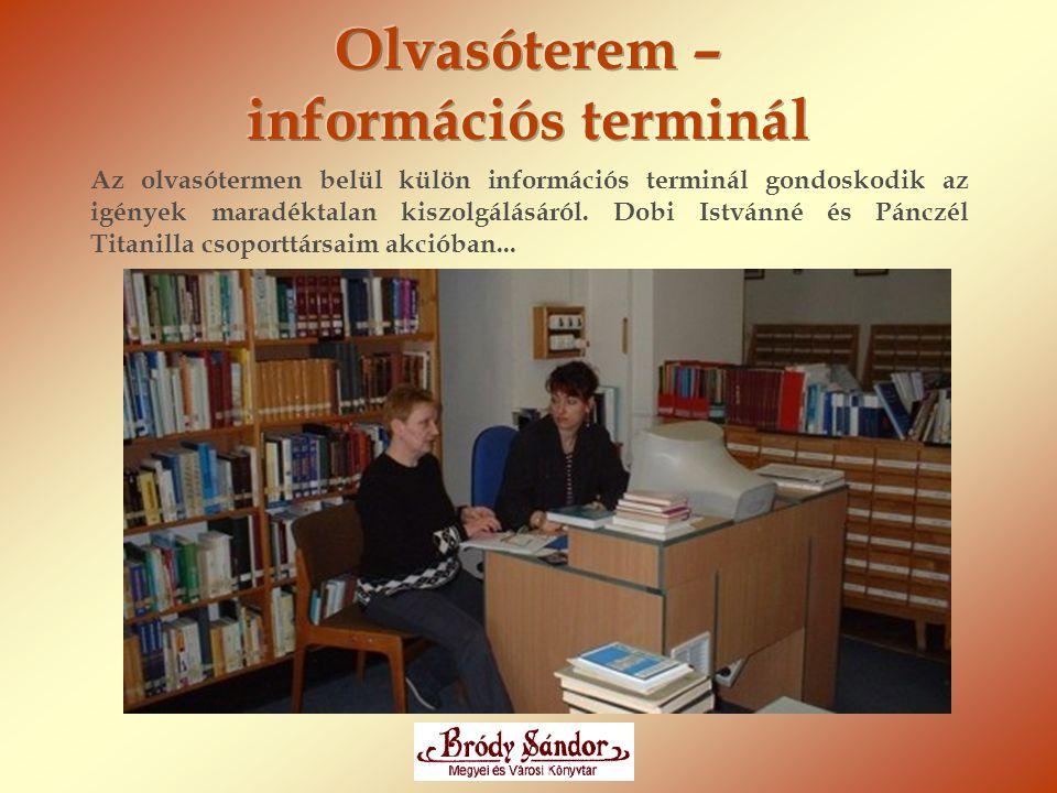 Az olvasótermen belül külön információs terminál gondoskodik az igények maradéktalan kiszolgálásáról. Dobi Istvánné és Pánczél Titanilla csoporttársai