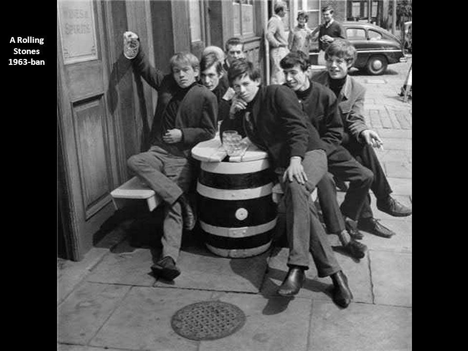 Paul McCartney, John Lennon és George Harrison együtt játszik egy esküvői fogadáson 1958-ban.