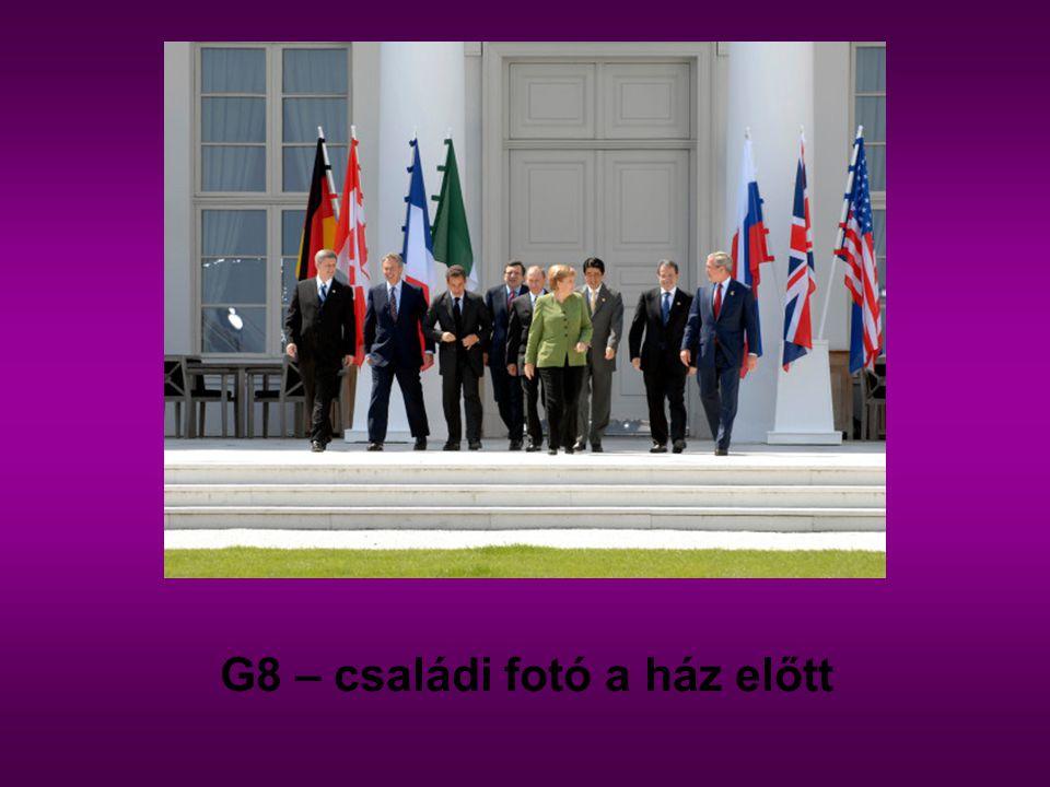 G8 – családi fotó a ház előtt