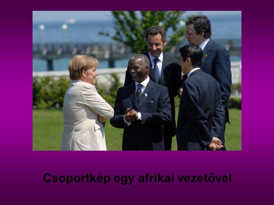 Csoportkép egy afrikai vezetővel