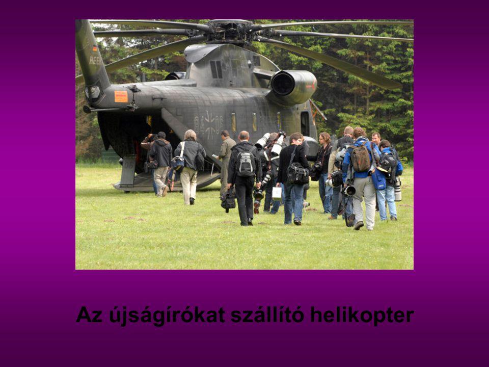 Az újságírókat szállító helikopter