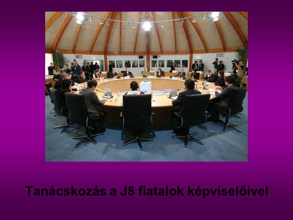 Tanácskozás a J8 fiatalok képviselőivel